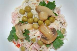 Салат с ветчиной, сыром и грибами