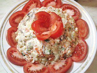 Салат из овощей с копченой рыбой