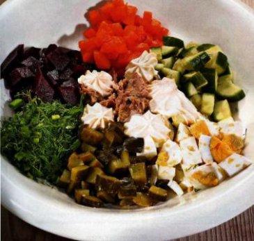 Салат из консервированого тунца.