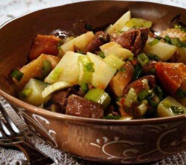 Салат из консервированного языка с мочеными яблоками