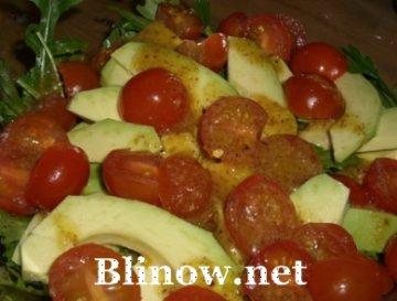 Салатик из авокадо, рукколы и помидорок черри