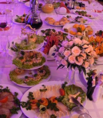как познакомить гостей за свадебным столом