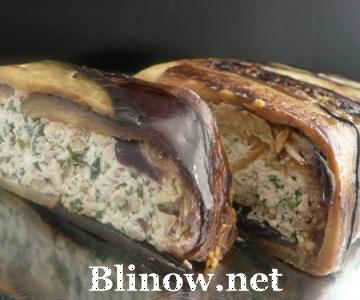 Рулет из баклажанов с творожной начинкой и орехами.