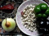 Фасоль с салом и овощами